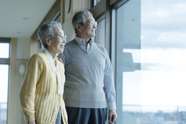 窓を眺める老夫婦