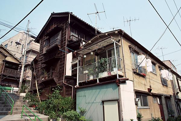 実家の家や土地、最大の「遺品」に 放置で空き家化も