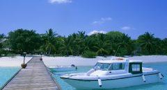 桟橋とモーターボート