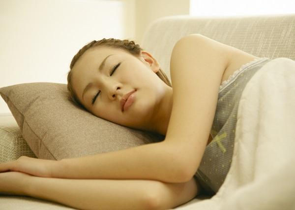 眠る若い女性