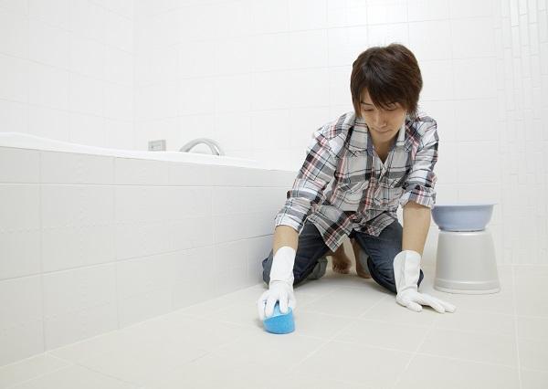 風呂掃除をする男性