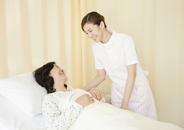 笑顔の看護師と患者
