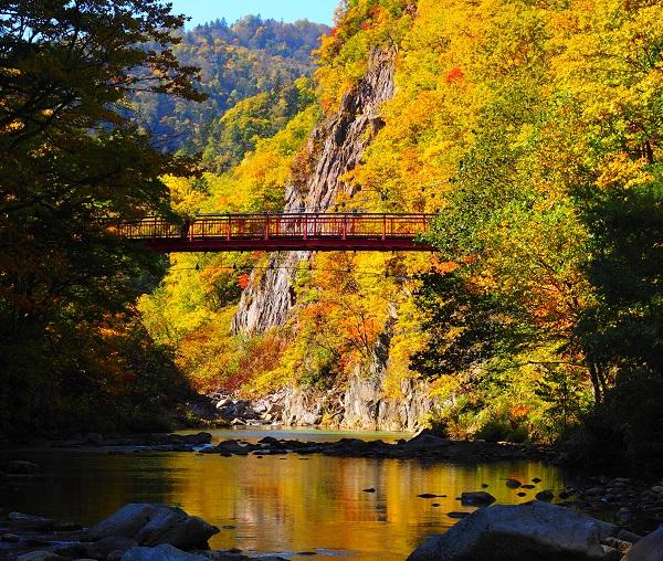 温泉街に近い二見吊橋は、絶好の散策スポット