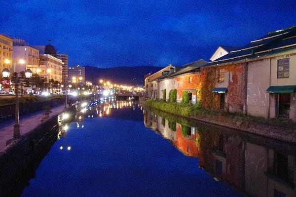 夕闇に包まれた小樽運河(