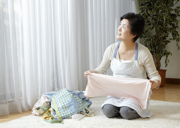 洗濯物をたたむ女性