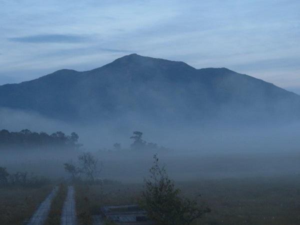 朝霧にけむる尾瀬ヶ原