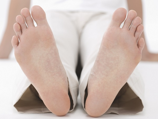 うつる水虫、汗、角質…。足のニオイの原因はさまざま