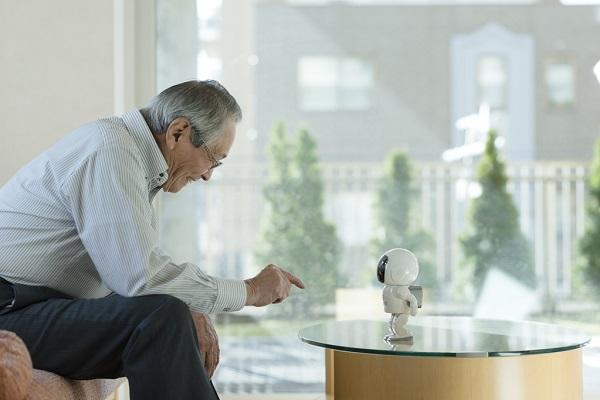 将来はAIロボットが介護してくれる時代に。安全性はどうなの?