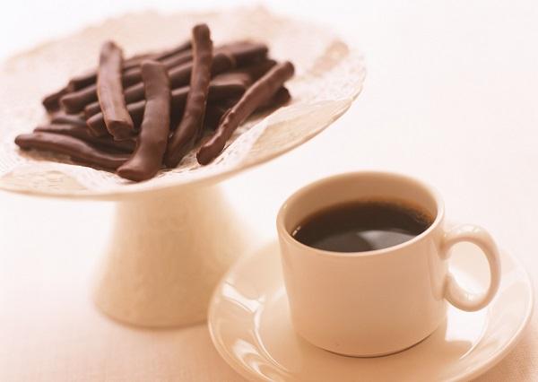 コーヒーの飲み過ぎで起こることも。甘いものはできるだけさけるほうがいいかも