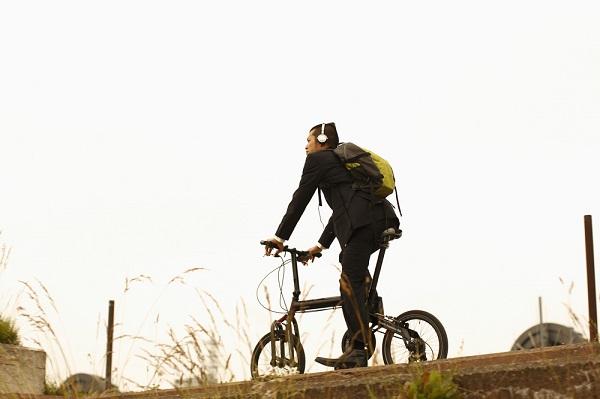 イヤホンをしながらの運転は論外!自転車事故を防ぐためには?
