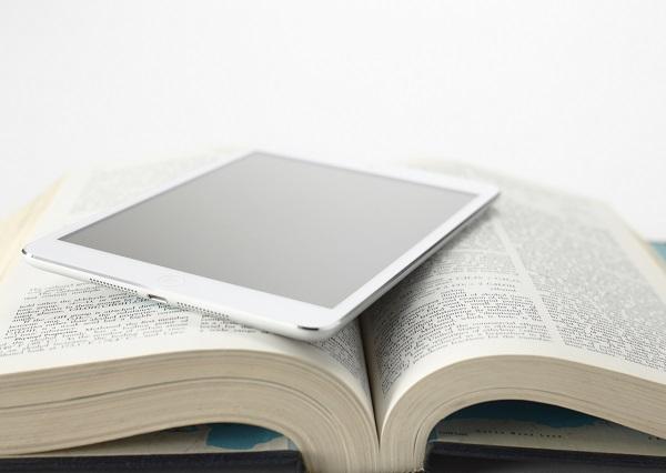 電子書籍とはどんなもの?端末はスマホでもタブレットでも専用リーダーでもOK!条件次第では無料で読むことも。専用アプリで本を読もう