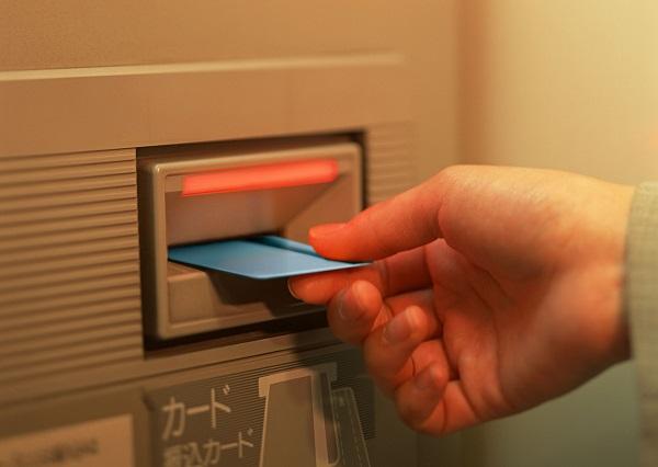暗証番号・ATM操作がわからない…認知症になったらお金をおろせなくなる?都市・地方銀行、インターネットバンキングではどう対応する?