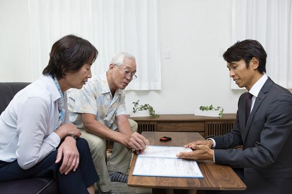 家族の負担を減らす葬儀保険がおすすめ!葬儀保険の仕組みとは?終身・掛け捨てどんな支払い方法がある?持病があっても大丈夫?